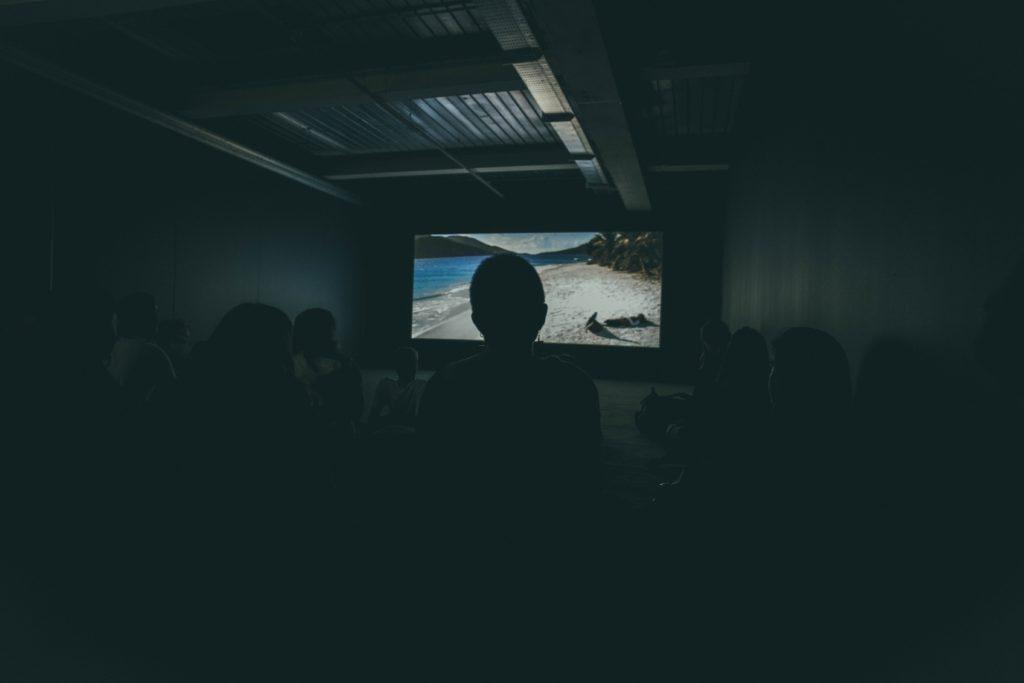 Ideeën voor gemeenschapsevenementen: Organiseer een filmvertoning.