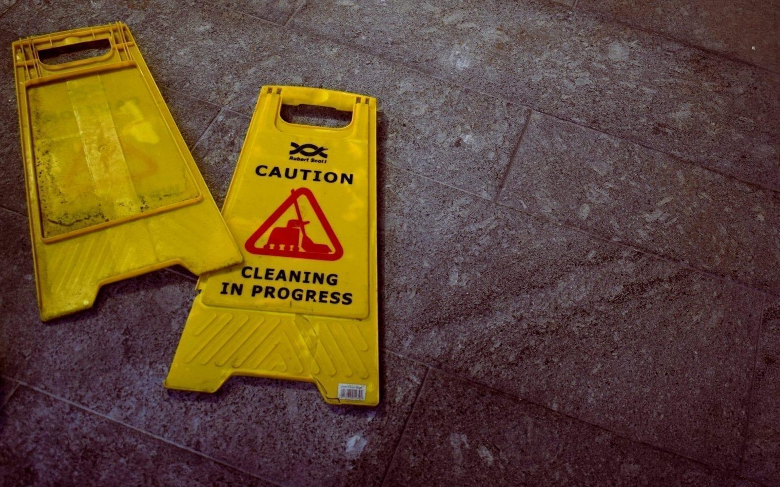 een gebroken schoonmaak stand op de vloer