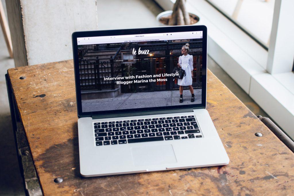 Ontwerp event website: Kies een uniek lettertype voor de titel van het evenement en duidelijke lettertypen voor belangrijke informatie.